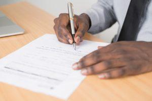 personne remplissant et signant un formulaire