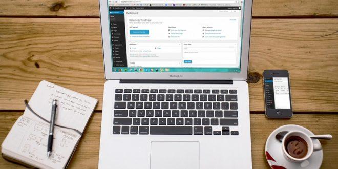 ordinateur portable tasse carnet sur une table