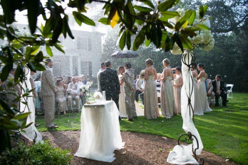 Cérémonie de mariage pluvieuse