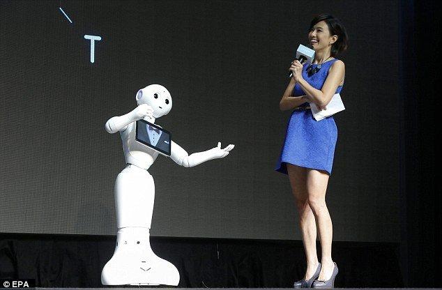 robot pepper sur scène avec une animatrice