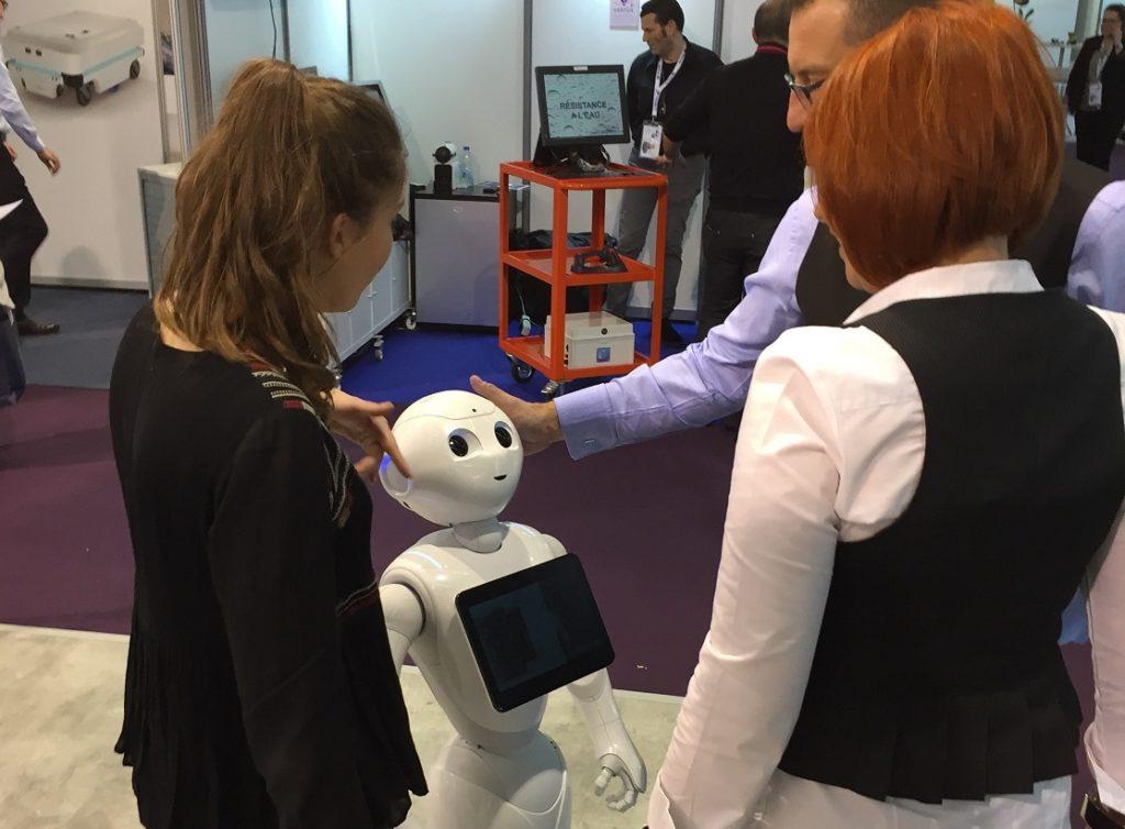robot Pepper en animation d'un stand professionnel