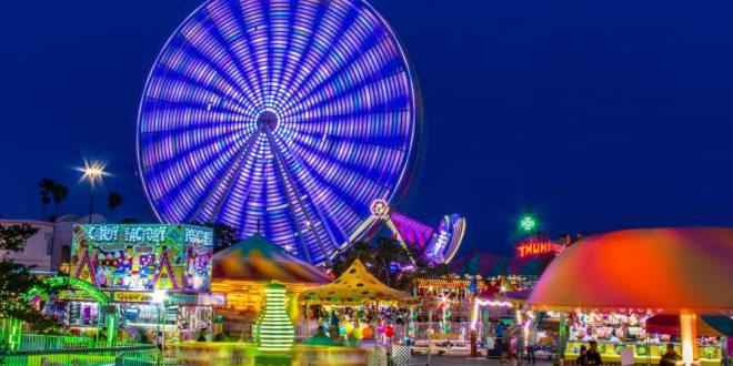 événement dans un parc d'attraction en soirée