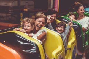 événement dans un parc d'attraction pour le bonheur de toute la famille