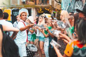 artistes et public d'un événement itinérant