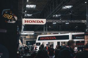 Stand Honda lors d'un salon automobile, utilisant plusieurs supports de communication