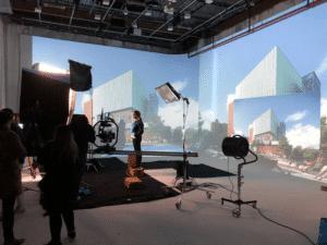 équipe de production des événements hybrides avec un public virtuel engagé