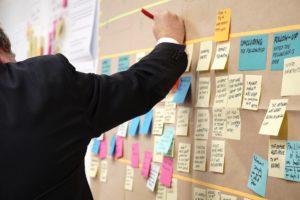 le chargé de projet événementiel coordonne les tâches à faire