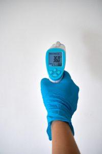 mesure de température parmi les outils distanciation sociale en événementiel