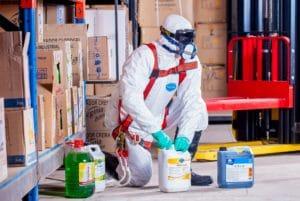prévoir des EPI et produits de désinfection