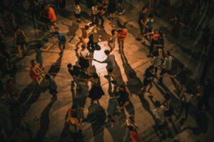 personnes qui dansent pendant un événement